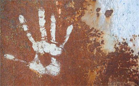 Rusty wall with handprint (2845)