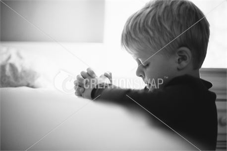 Boy praying (42874)