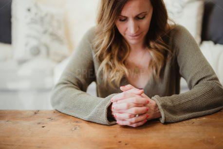 A woman praying (65852)